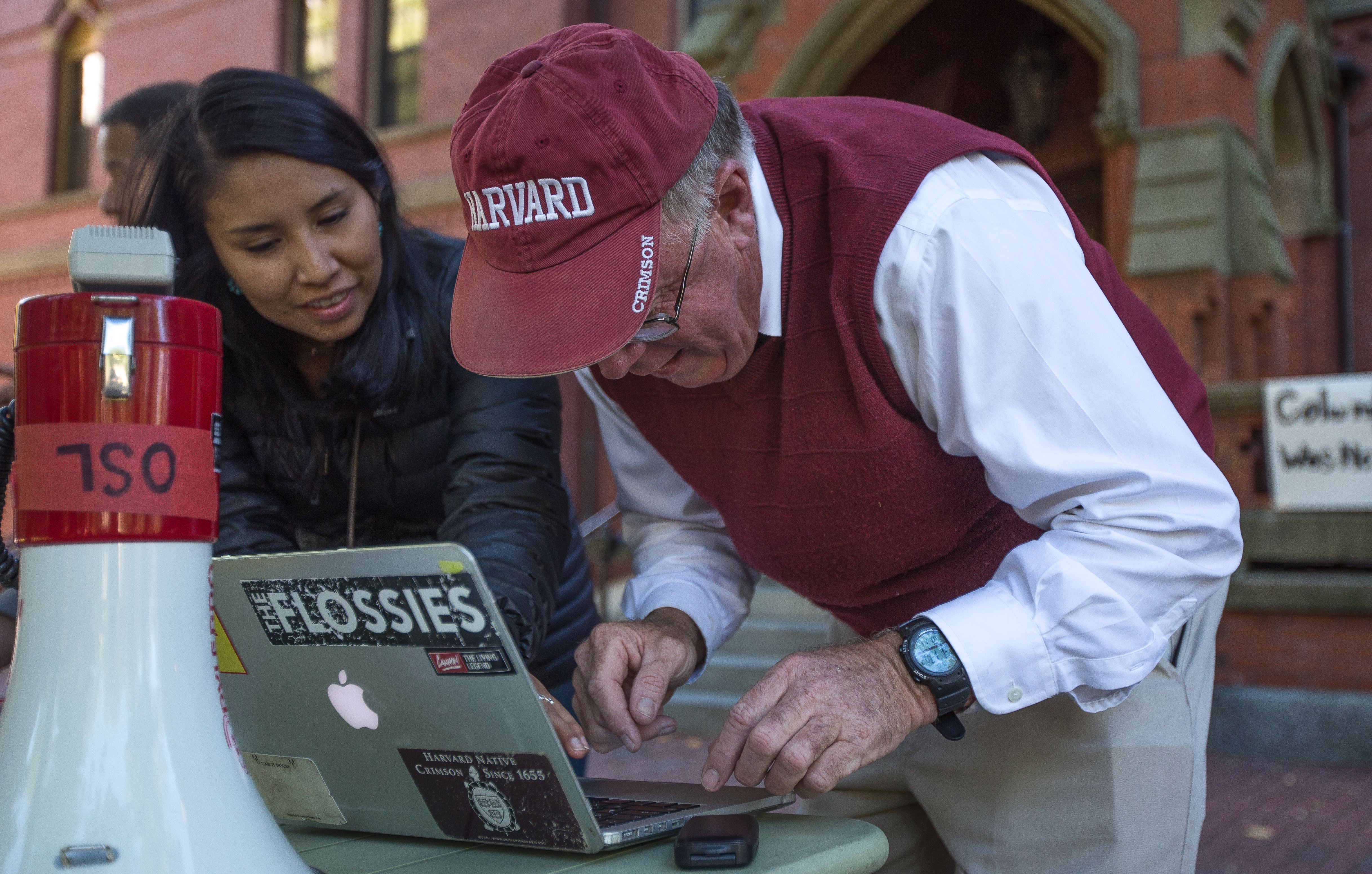 "Harvard alumn Dan Fayen (right) signs the ""Support of Harvard University to Recognize 'Indigenous Peoples' Day'"" petition online with the help of FIERCE member Jordan Johnson (left). Photo by Alexandra Wimley/BU News Service"