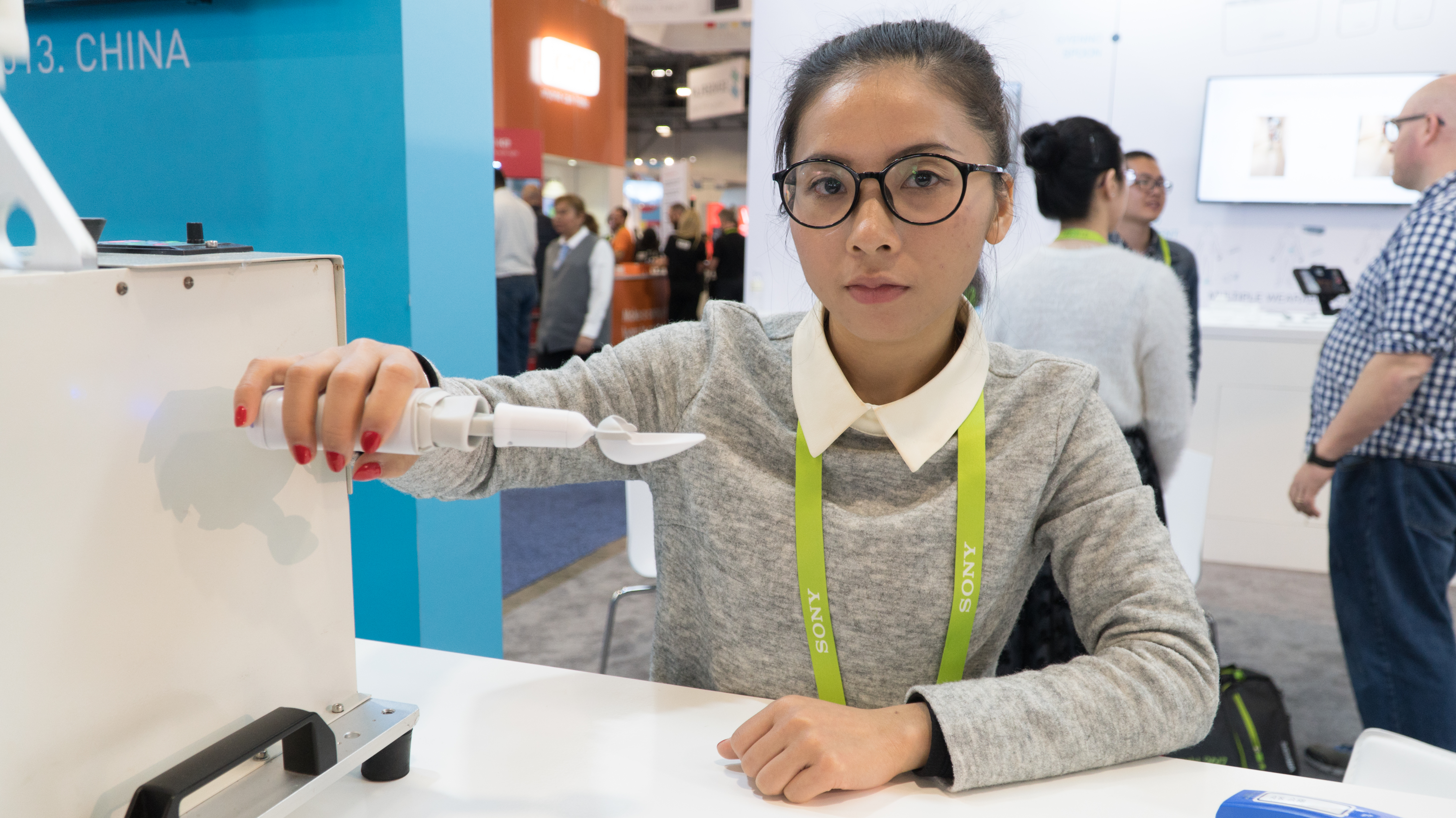 Nuo Xian Chen shows the GYENNO SPOON to the reporter at Sands Expo and Convention Center in Las Vegas on Wednesday, Jan. 10th, 2018. Photo by Yukun Zhang / BU News Service.